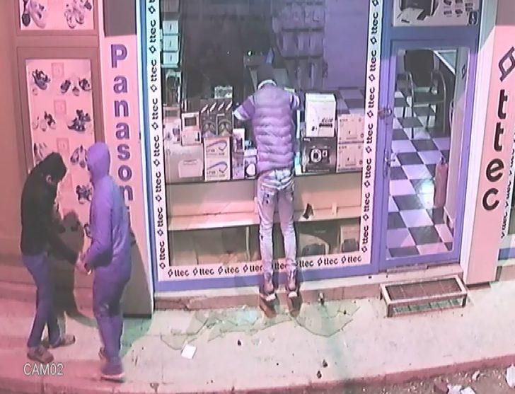 Elektronik eşya hırsızları, kameralara yakalandı