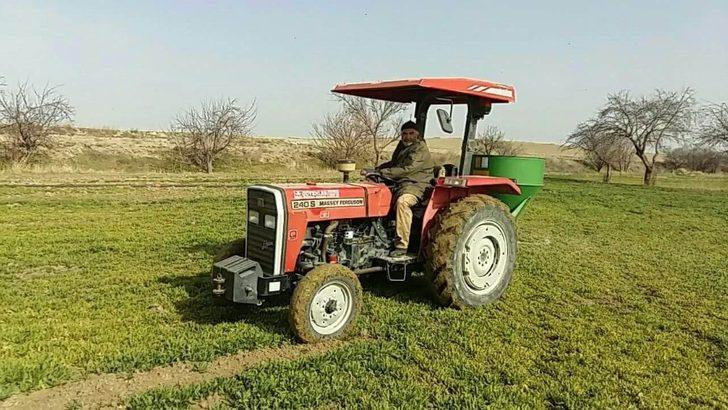 Çiftçiler mahsullere çimen gübre atmaya başladılar