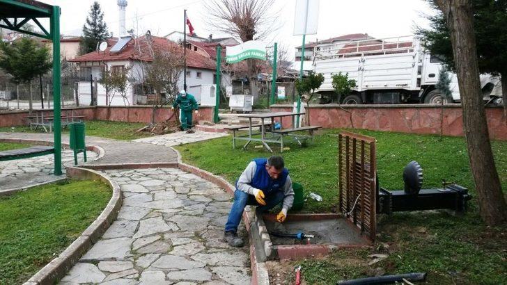 İzmit'te parkalarda elektrik ve su bakımı yapılıyor