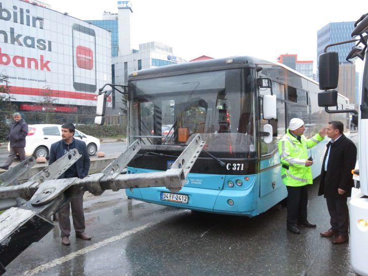 TIR durağı parçaladı, hafriyat kamyonu özel halk otobüsüne çarptı