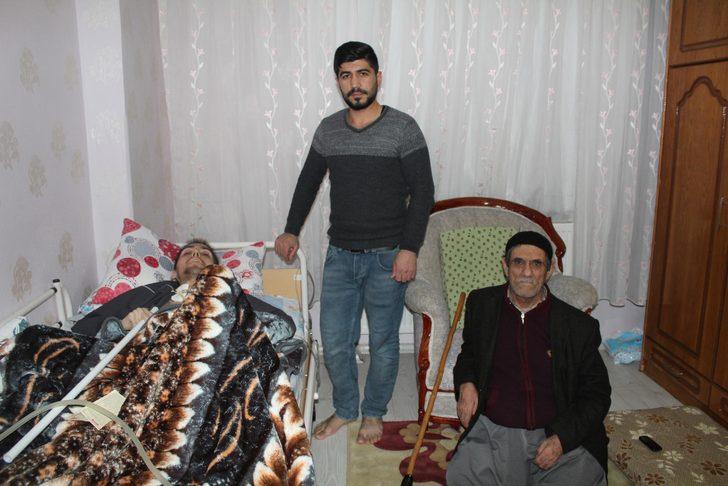 Yatalak kardeşi ve felçi babası için yardım istiyor