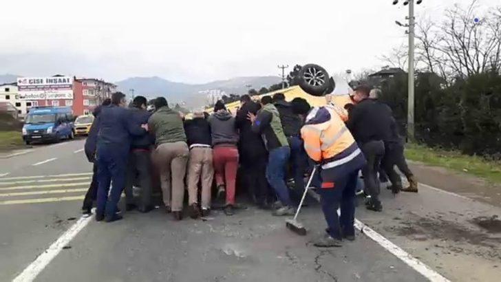 Devrilen taksiyi 17 kişi zor kaldırdı