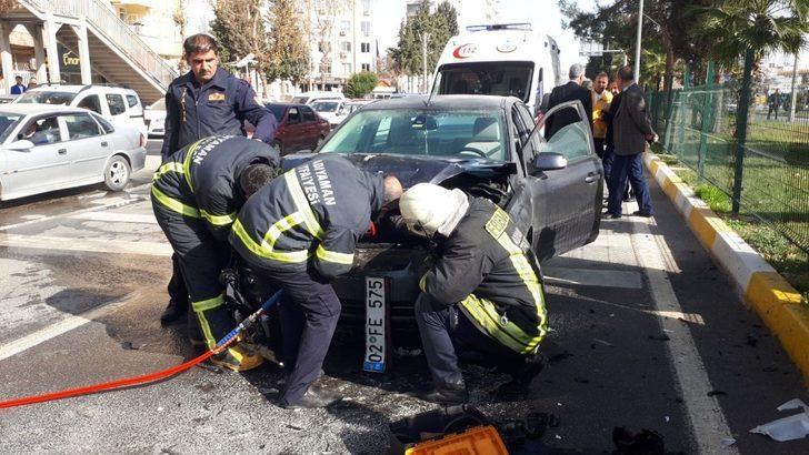 Otomobile arkadan çarpan otomobil alev aldı