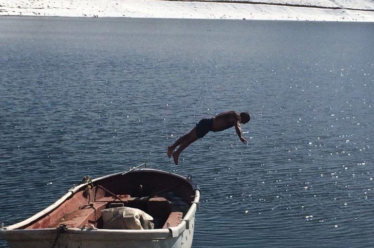 Süphan Dağı eteklerindeki gölde yüzdü