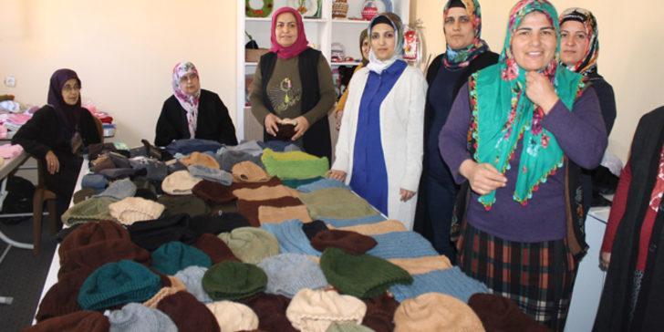 Hataylı kadınlar Mehmetçiğe atkı ve bere örüyor