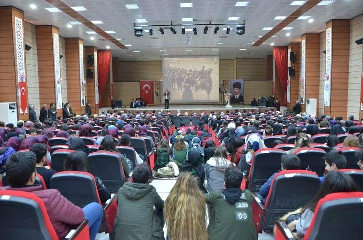 """Tarihçi-Yazar Talha Uğurluel'den öğrencilere """"Mehmetçik"""" konulu konferans"""