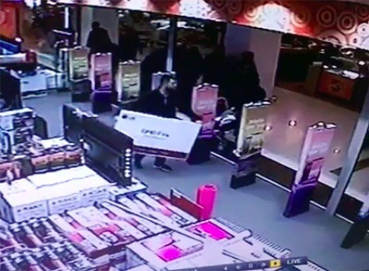 Mağazada herkesin gözü önünde dev televizyonu çaldı