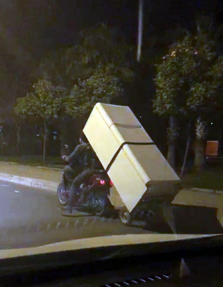 Buzdolabını motosikletle taşıdılar