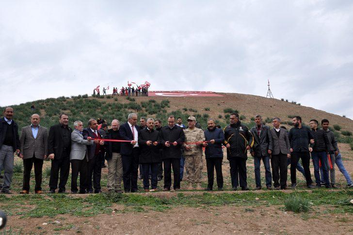 Sınırdaki en yüksek tepeye dev Türk bayrağı