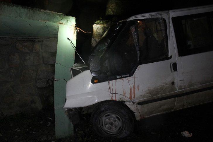 Kontrolden çıkan minibüs duvara çarparak durabildi: 1 yaralı
