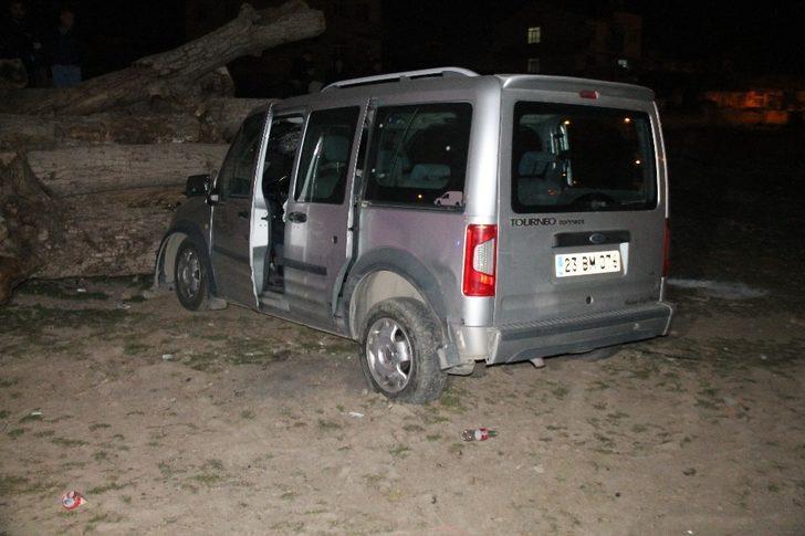 Önce otomobile sonra odunlara çarptı: 1 ölü, 2 yaralı