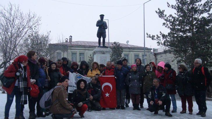 Kars'ta kar yağışı, ziyaretçileri sevindirdi