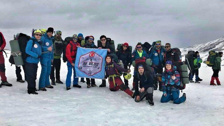Aydınlı dağcılar, şehit askerler için Erciyes'e tırmandı