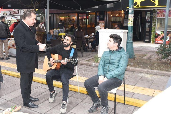 Sokak müzisyenleri Başkan Yılmaz için çaldı