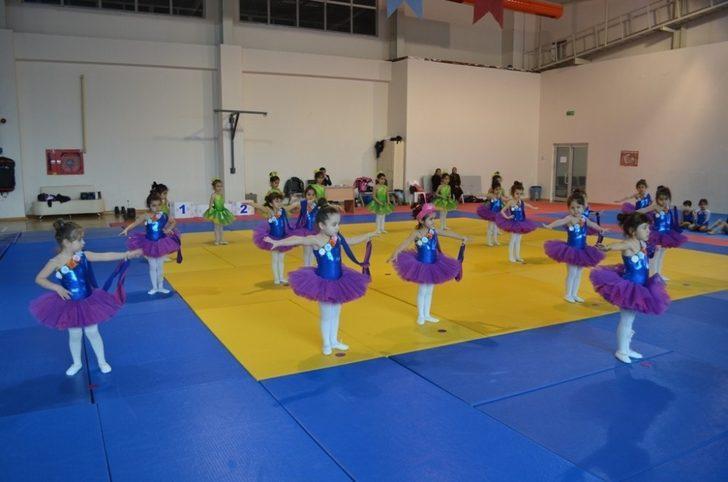 Minik jimnastikçiler hünerlerini sergiledi