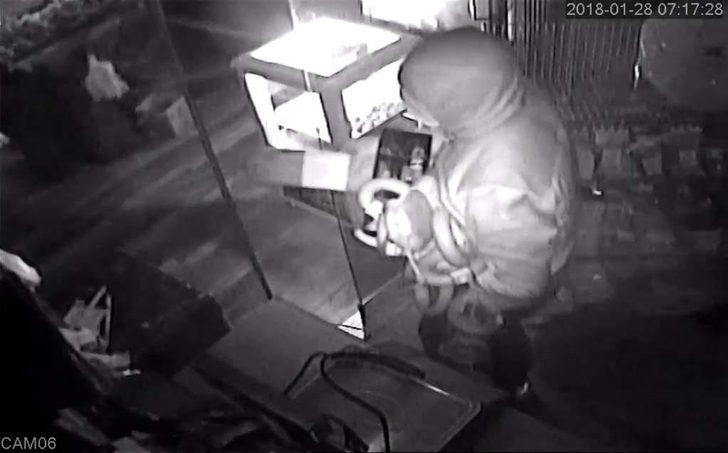 Şarküteriye giren hırsızlar, gerçek sandıkları maket pastırmaları çaldı