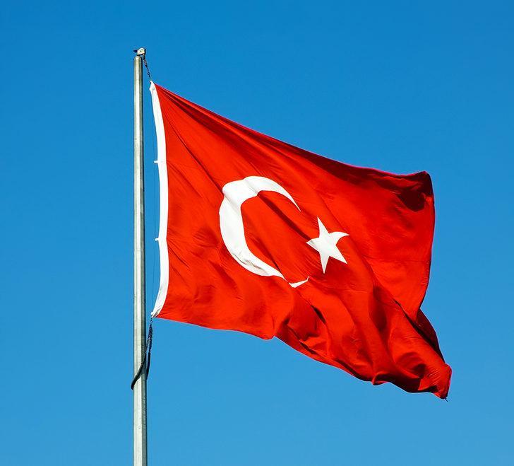 Türk bayrağına çirkin saldırı