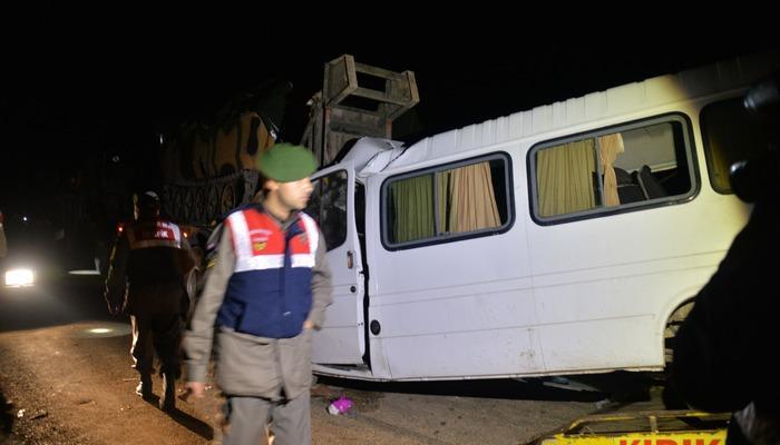 Hatay'da askeri araç minibüsle çarpıştı: Ölü ve yaralılar var