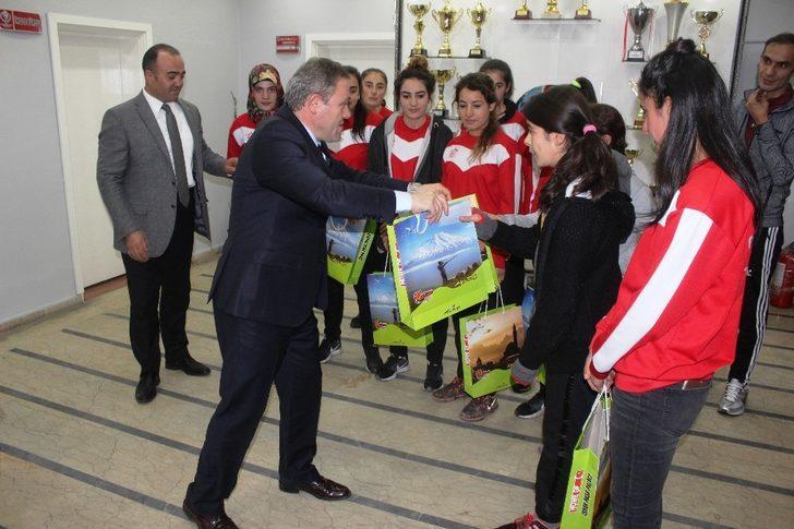 Bayan futbolculardan Müdür Alp'e ziyaret