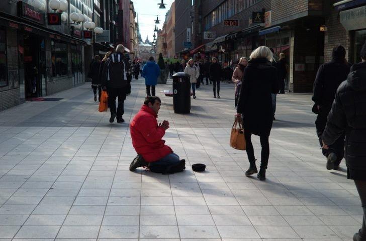 İsveç'te dilencinin çantasından 60 bin euro çıktı