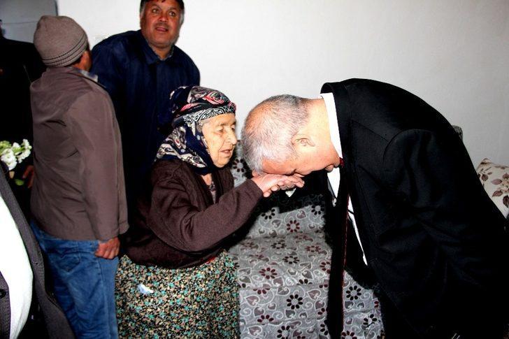 Manisa Valisi Güvençer şehit annelerini ziyaret etti
