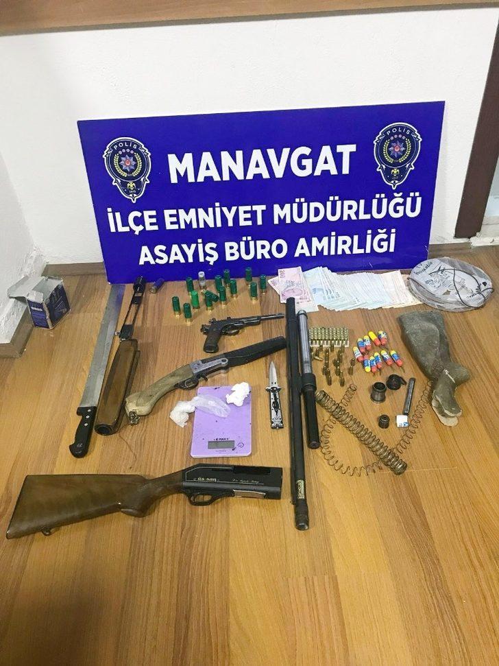 Polisin durduğu araçta uyuşturucu ve silah ele geçirildi