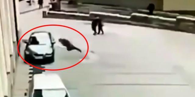 Uçarak arabaya kafa atan adam