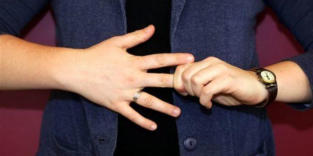 Bunu hepimiz yapıyoruz! Peki parmakları çıtlatmak zararlı mı?