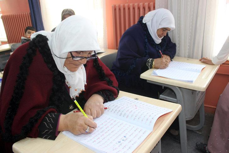 Karaman'da kadınlar okuma-yazma öğrenmenin mutluluğunu yaşıyor