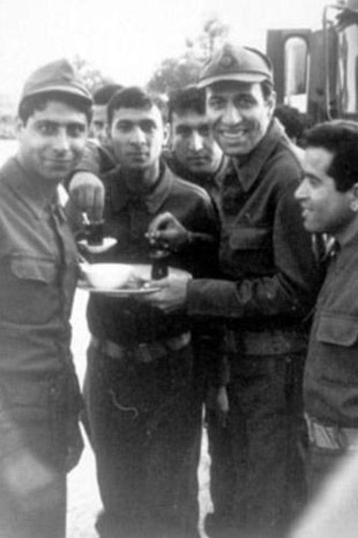 Kemal Sunal Ankara Etimesgut'ta Bando Mızıka bölüğünde askerliğini yaptı.