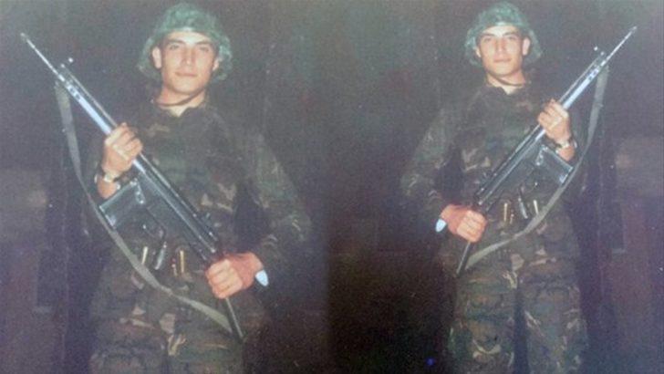 """1986-1988 yılları arasında İzmir Narlıdere'de vatani görevini yapan ünlü şarkıcı Cenk Eren, o günlere ait bir fotoğrafını paylaşarak; """"Asker olmak, vatani görevini yapmak onurdur. 18 ay yaptık biz de ne mutlu... #tbt ise en alasından"""" notunu düştü."""