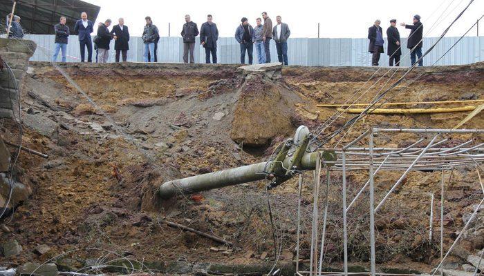 Ferizli'de istinat duvarı çöktü; elektrik direği devrildi
