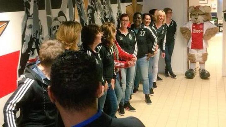 Ajaxlı futbolcular sahaya anneleriyle çıktılar