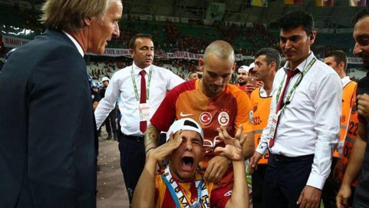 Wesley Sneijder, madalyasını engelli taraftara hediye etti