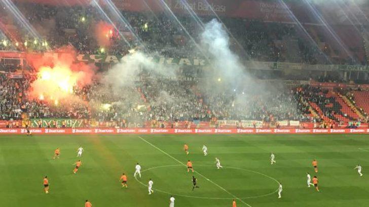 Başakşehir ve Konyaspor taraftarları birbirine girdi!