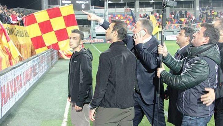 Göztepe-Beşiktaş maçında emniyet müdürü sahaya inip taraftarı gözaltına aldırttı