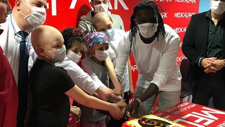Gomis kanser hastası çocukları hastanede ziyaret etti