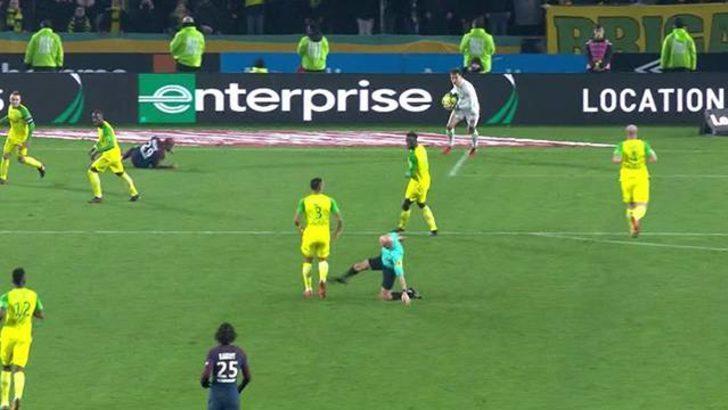 Futbolcuya tekme atan Tony Chapron'a 3 ay men cezası!