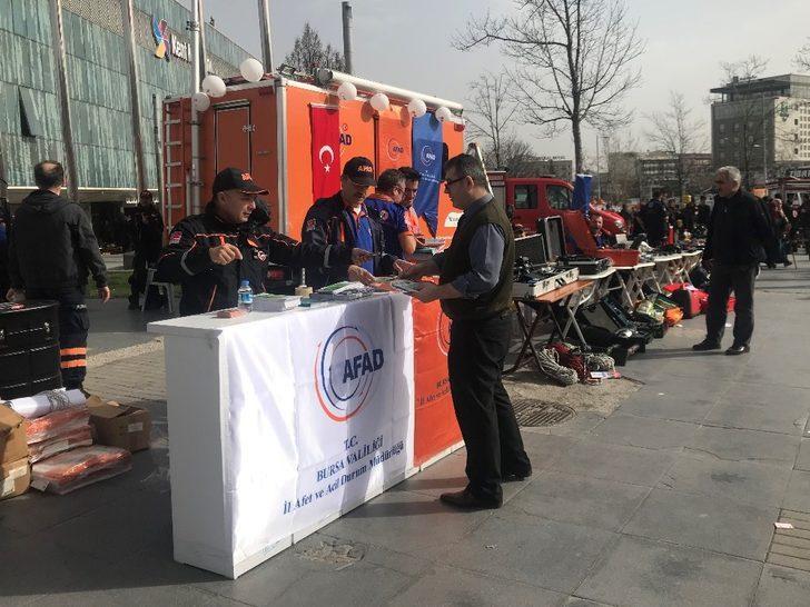 Deprem Haftası'nda arama kurtarma ekipleri halkla buluştu