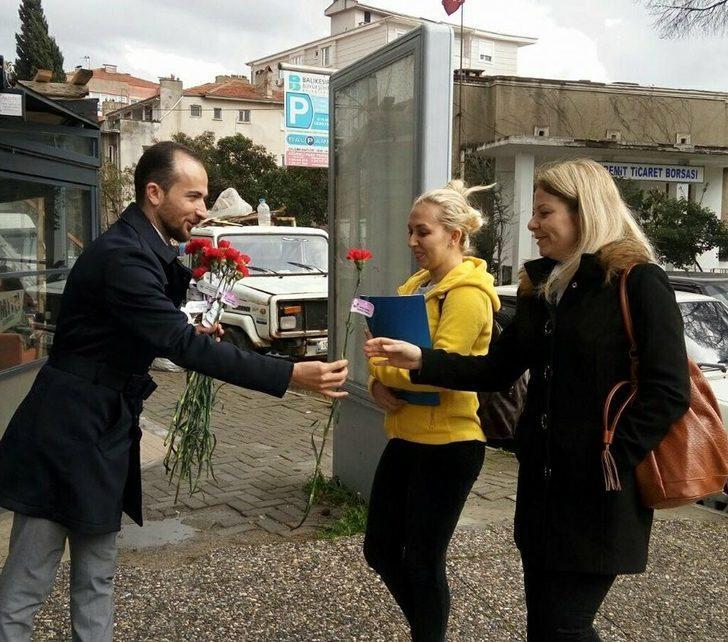 Edremit AK Parti'den kadınlara kırmızı karanfil