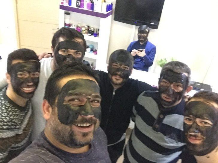 Kadınlar Günü'nde yüzlerini siyaha boyadılar