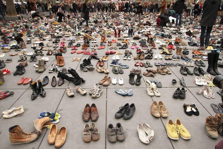 Con monumento de zapatos homenajean a las víctimas de tiroteos en EEUU