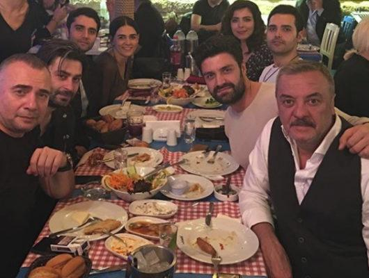 Eşkiya Dünyaya Hükümdar Olmaz'ın oyuncularının masadaki  'rakı'ları saklamaları sosyal medyada ti'ye alındı