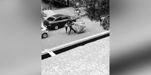 Kağıt toplayıcısı kızın yardımına simitçi koştu