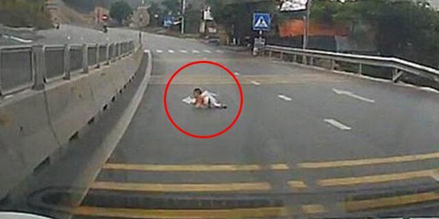 Otoyolda akılalmaz olay! Bebek arabaların arasında kaldı
