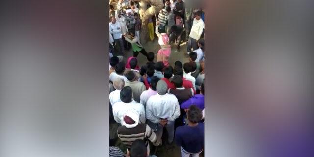 Zina ile suçlanan kadını ağaca asıp, kırbaçla dövdü
