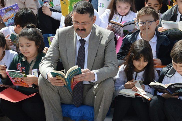 Vali Haktankaçmaz öğrencilerle kitap okudu