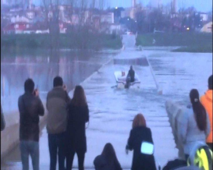 (Özel Haber) Sular altında kalan tarihi köprüde tekne turu