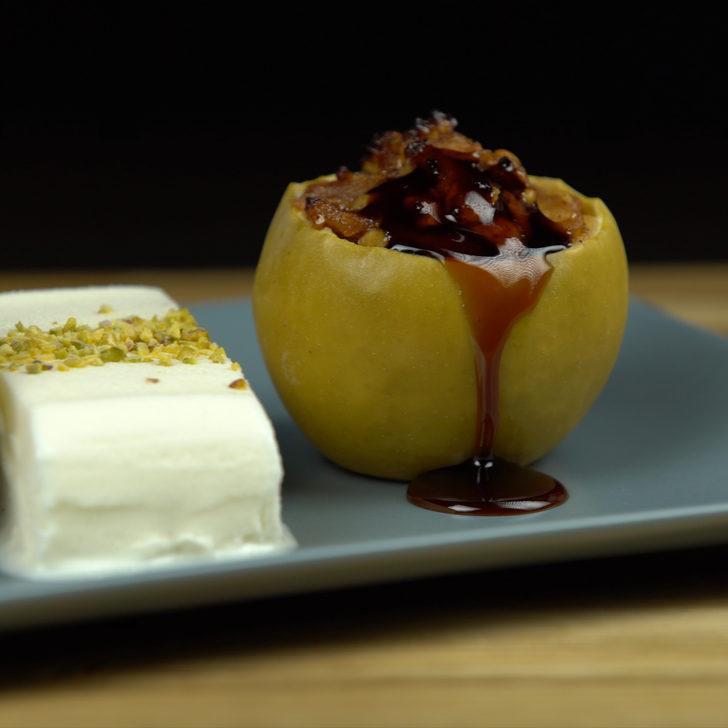 Tüm dolmaları sollar: Cevizli elma dolması