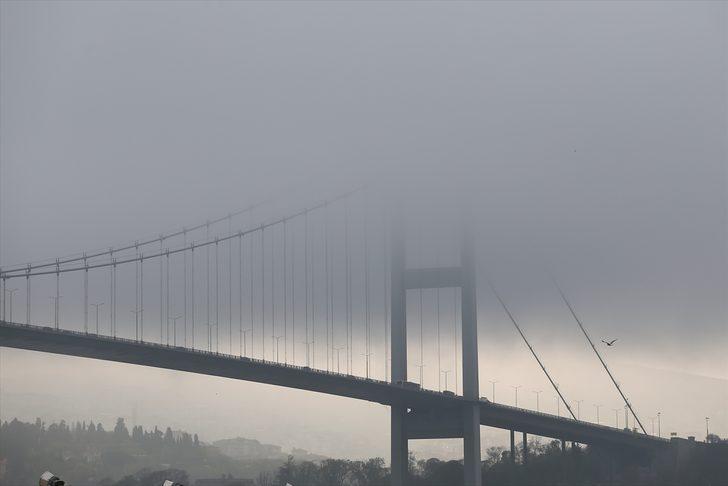İstanbul Boğazı'na sis çöktü! Meteoroloji uyardı, yüzlerce gemi bekliyor